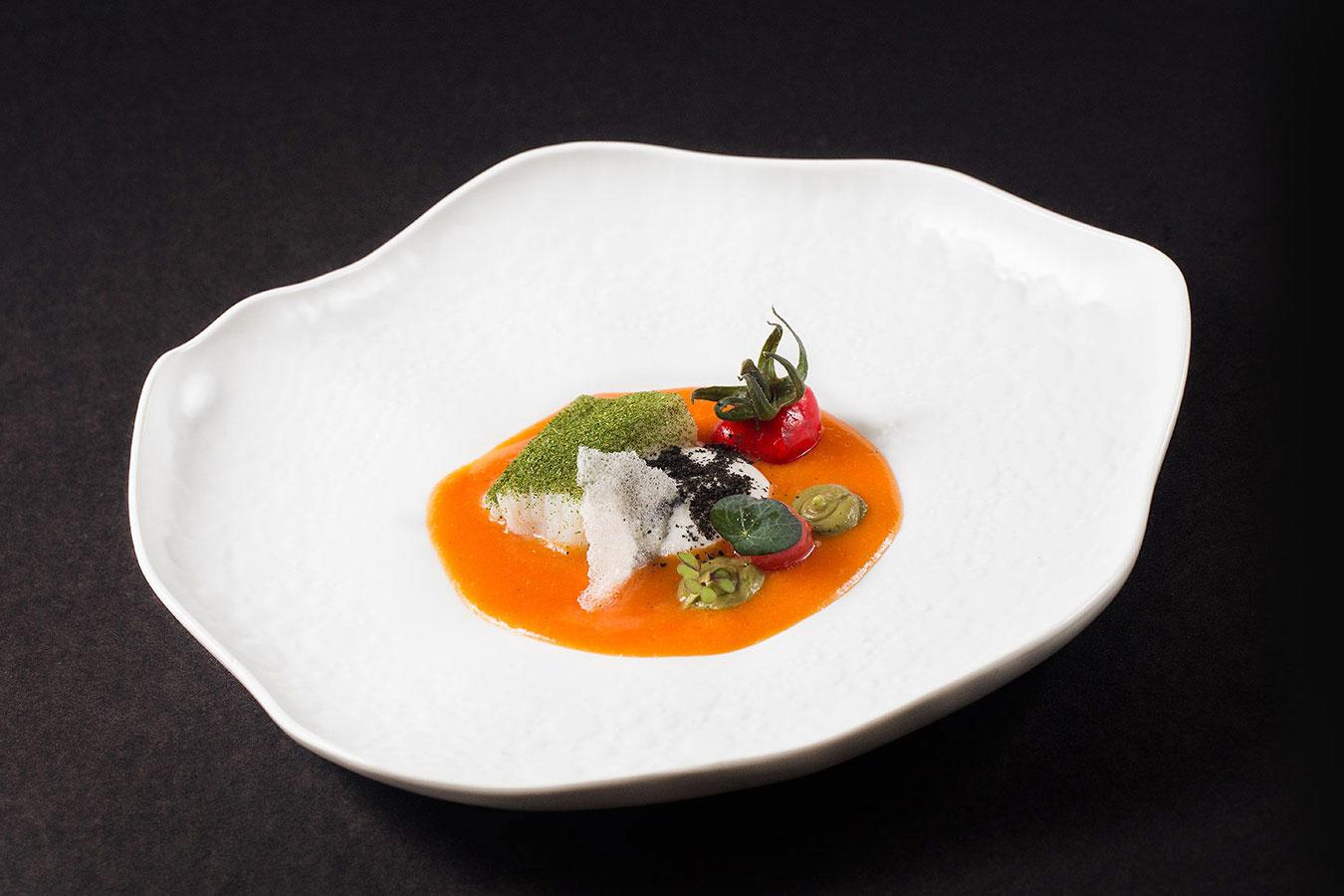 Bacalhau, caldeirada, falso tomate e espuma de queijo